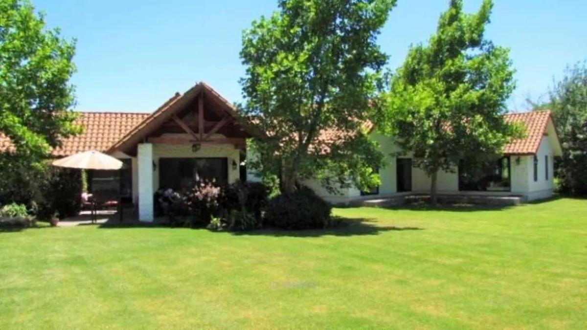 Casa Con Precioso Jardín En Condominio