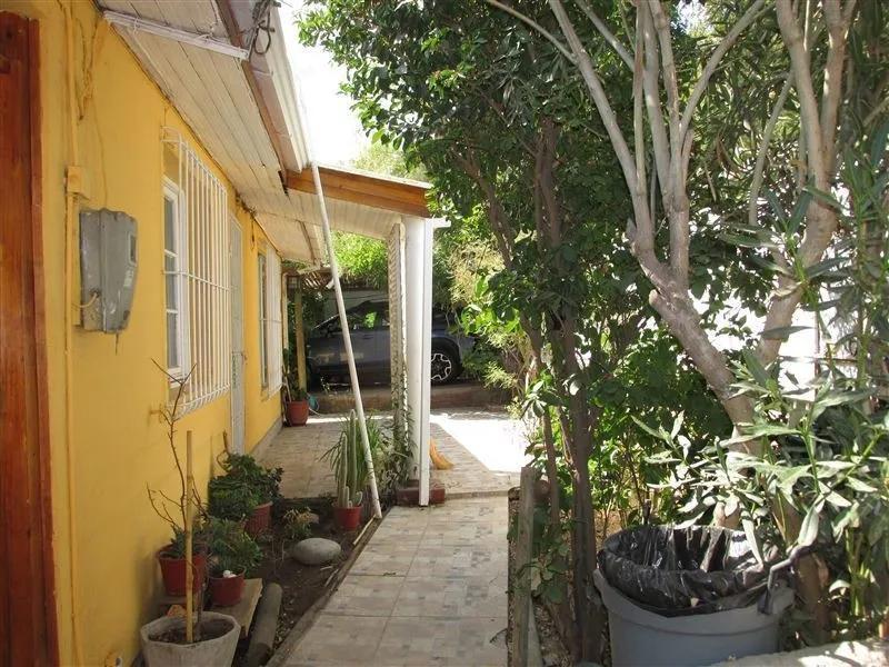Calle Nogales, Casa En Excelente Estado Con Amplio Jardin