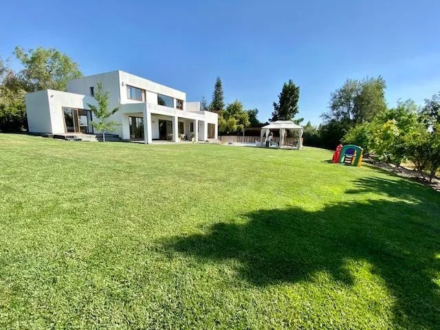Venta Preciosa Casa Con Borde Cancha En Las Brisas De Chicureo, Cercano Al Club Y Puerta Norte.